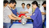 Technology students use and touch chemicals, electricity and machinery while working in workshops and labs; the school decides to buy accident insurance to protect students (Photo: SGGP)