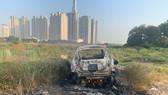 A car is found burned near Thu Thiem Bridge in District 2 ( Photo: SGGP)