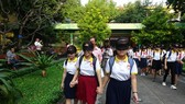 Students are blindfolded to understand their blind peers' difficulties  ( Photo: SGGP)