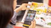 A shopper scans QR codes to shop online (Photo: vinid.net)