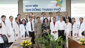Vice President Dang Thi Ngoc Thinh and medical workers (Photo: SGGP)