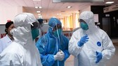 Medical workers discuss how to treat Covid-19 patients (Photo: SGGP)