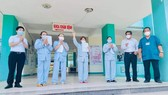 Four Covid-19 patients are discharged from the Da Nang Hospital for Lung Diseases (Photo: SGGP)
