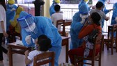 Health workers take samples for tests (Illustrative photo: SGGP)