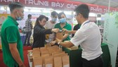 A retailer put their product in paper bags (Photo: SGGP)