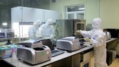 Staffs of the Center for Disease Control in Quang Ninh carry out tests through night (Photo: SGGP)