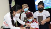 HCMC presents 90 tablets to ethnic minority students