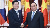 Prime Minister Nguyen Xuan Phuc (R) and Lao Prime Minister Thongloun Sisoulith (Photo: VGP)