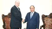 Vietnamese Prime Minister Nguyen Xuan Phuc (R) and Cuban Minister of Foreign Trade and Foreign Investment Rodrigo Malmierca Diaz