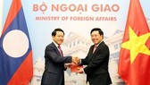 Vietnamese Minister of Foreign Affairs Pham Binh Minh and Lao Foreign Affairs Minister Saleumxay Kommasith exchange a protocol about the borderline and national border markers, an agreement on Vietnam-Laos border and border gate management regulations. (P