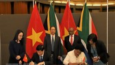 Vietnamese Deputy Foreign Minister Nguyen Quoc Cuong and South African Deputy Minister of International Relations and Cooperation Reginah Mhaule sign the meeting's minutes (Photo: VNA)