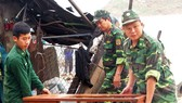 The border guards help people to overcome consequences after typhoon Matmo (Photo:Xuan Huyen)