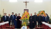 National Assembly Chairwoman Nguyen Thi Kim Ngan (fifth, left) on December 20 visits the Hanoi Archdiocese.