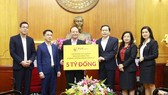 Representative of T&T Group contributes VND 5 billion for the prevention of Covid-19 epidemic