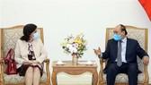 Prime Minister Nguyen Xuan Phuc (R) receives Cuban Ambassador to Vietnam Lianys Torres Rivera (Photo: VNA)