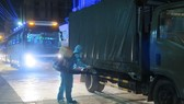 A worker sprays disinfectant on a vehicle entering a concentrated quarantine facility (Photo: VNA)
