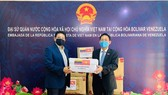 Vietnam presents medical equipment to Venezuela