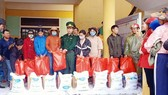 Sai Gon Giai Phong (SGGP) Newspaper in cooperation with the Nham Border Guard Post and Hong Van Border Gate Border Post under the Thua Thien-Hue Provincial Border Guard Command hands over six tons of rice to flood-hit people