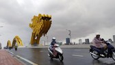 Vehicles move on Rong (Dragon) Brdige in Da Nang on November 14. The central city has recorded heavy rains and strong winds since the noon of November 14 as Storm Vamco is nearing (Photo: VNA)