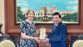 Chairman of Ho Chi Minh City People's Committee Nguyen Thanh Phong offered souvenir to outgoing Ambassador of New Zealand to Vietnam Wendy Matthews (Source: HCMC Party Committee's portal)