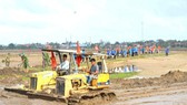 Quang Tri Province mobilized forces to clear up the sand and soil to fill the fields after the floods.