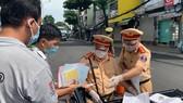 Traffic police handle over 1,000 violators on citywide social distancing order