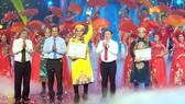 Thí sinh Nguyễn Quốc Nhựt (áo vàng) đoạt giải Chuông vàng vọng cổ 2020
