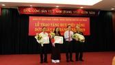 Đảng ủy Khối Dân - Chính - Đảng TPHCM trao Huy hiệu Đảng cho 28 đảng viên