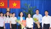 Phó Bí thư Thành ủy Võ Thị Dung trao quyết định điều động, chỉ định đồng chí Thái Thị Bích Liên về làm Bí thư Quận ủy quận 4. Ảnh: HCMPV