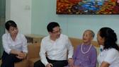 Chủ nhiệm Ủy ban Kiểm tra Thành ủy TPHCM Dương Ngọc Hải thay mặt lãnh đạo TPHCM thăm, tặng quà Mẹ Việt Nam Anh hùng Trần Thị Nho