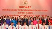 Phó Bí thư Thường trực Thành ủy TPHCM Trần Lưu Quang chụp hình cùng các đại biểu ngành Tuyên giáo. Ảnh: VIỆT DŨNG