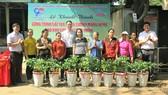 Đoàn Khối Dân - Chính - Đảng TPHCM trao tặng cây xanh cho các hộ dân