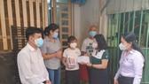 Đảng ủy Khối Dân - Chính - Đảng TPHCM trao 369 thiết bị học tập cho các em học sinh