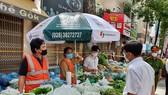 Người dân quận 5 ra đường đi chợ