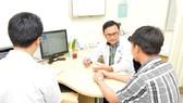 Bác sĩ đang khám cho bệnh nhân mãn dục nam