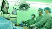 Các bác sĩ đang tiến hành mổ nội soi cắt gan