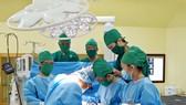Ê kíp thực hiện phẫu thuật
