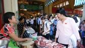 Kiểm tra ATTP tại chợ Bến Thành.Ảnh: HOÀNG HÙNG
