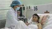 Bác sĩ đang thăm khám cho chị Ng.Th.Th.L.