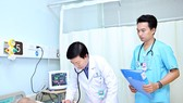 Bác sĩ Nguyễn Viết Hậu đang khám cho bệnh nhân