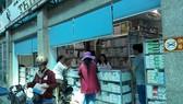 Khách hàng mua thuốc tại Trung tâm thương mại Dược phẩm và Trang thiết bị y tế số 134/1 Tô Hiến Thành (quận 10, TPHCM)