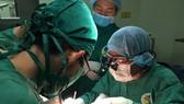 Các bác sĩ đang tiến hành phẫu thuật nối lại cẳng chân gần đứt lìa cho bệnh nhân