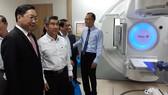 GS.TS Nguyễn Tấn Bỉnh, Giám đốc Sở Y tế TPHCM tham quan hệ thống gia tốc xạ trị - xạ phẫu đa năng lượng VERSA HD