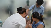 Cho trẻ uống vitamin tại một cơ sở y tế
