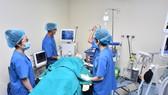 Các bác sĩ đang thực hành mô phỏng tại Phòng huấn luyện