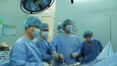 Các bác sĩ đang tiến hành phẫu thuật nội soi lấy chiếc tăm