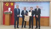 Đại diện Trường Đại học Grenoble Aples trao tặng danh hiệu Giáo sư - Giảng viên cao cấp cho bác sĩ Phù Chí Dũng
