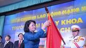 Phó Chủ tịch nước Đặng Thị Ngọc Thịnh trao Huân chương Lao động hạng Nhì cho tập thể Trường Đại học Y khoa Phạm Ngọc Thạch