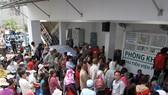 Bệnh nhân xếp hàng chờ khám bệnh ở BV Ung bướu TPHCM