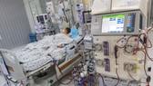 Với nguyên lý hoạt động tương tự như một máy tim phổi nhân tạo, ECMO sẽ giúp duy trì sự sống cho người bệnh, đồng thời tạo thời gian cho tim được nghỉ ngơi và hồi phục